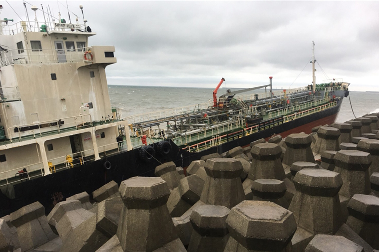 Taiwan: Two oil tankers beached, possible bunker leak