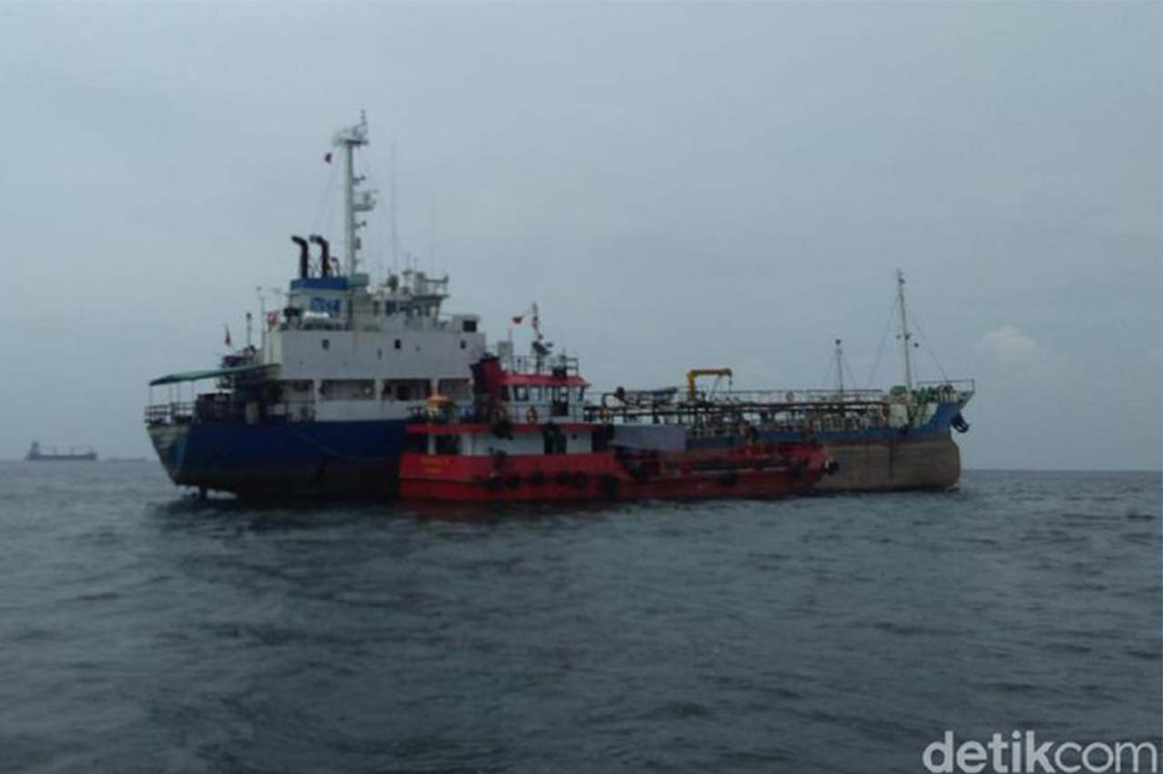 Indonesia: Oil tanker and barge in alleged illegal fuel oil STS transfer op