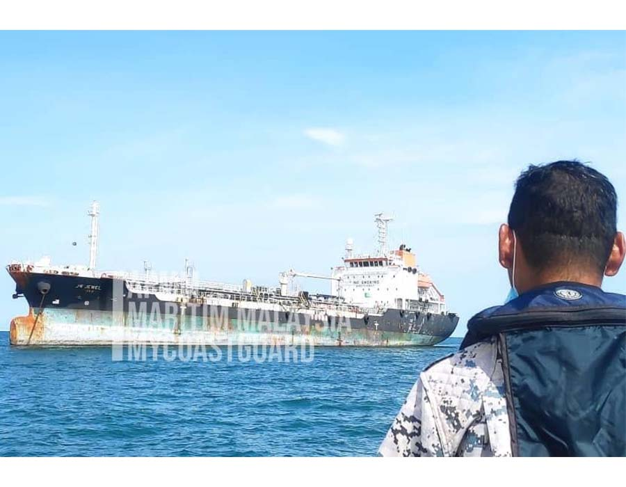 """Malaysia: Oil tanker """"JW Jewel"""" caught, after escaping from detention position"""