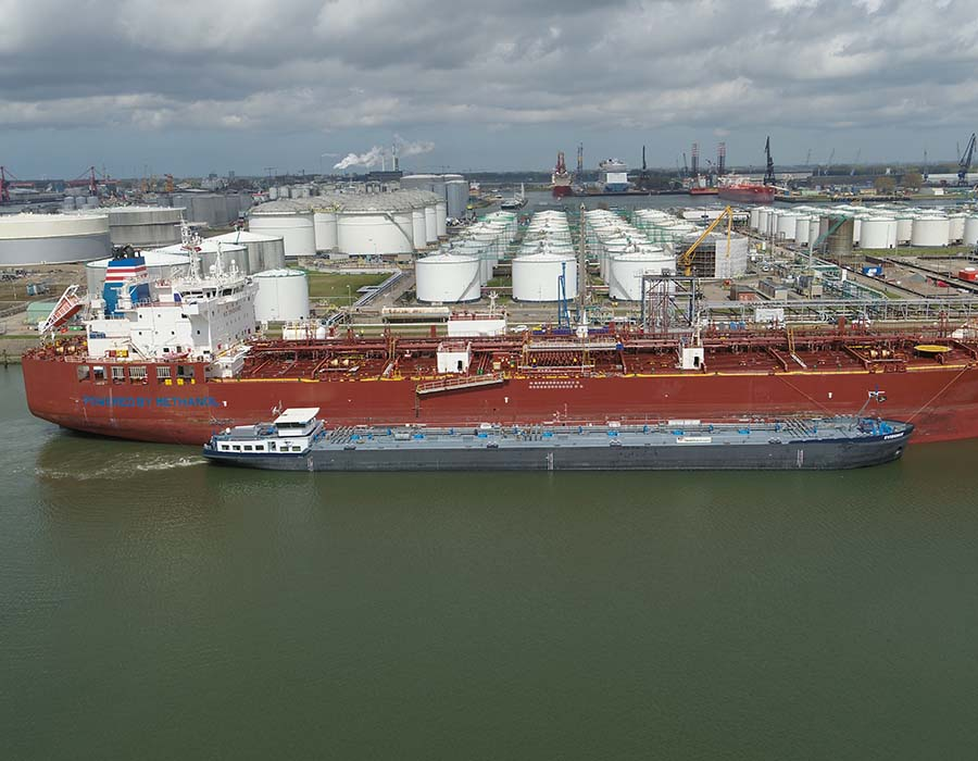 Rotterdam: World's first barge-to-ship methanol bunkering operation takes place