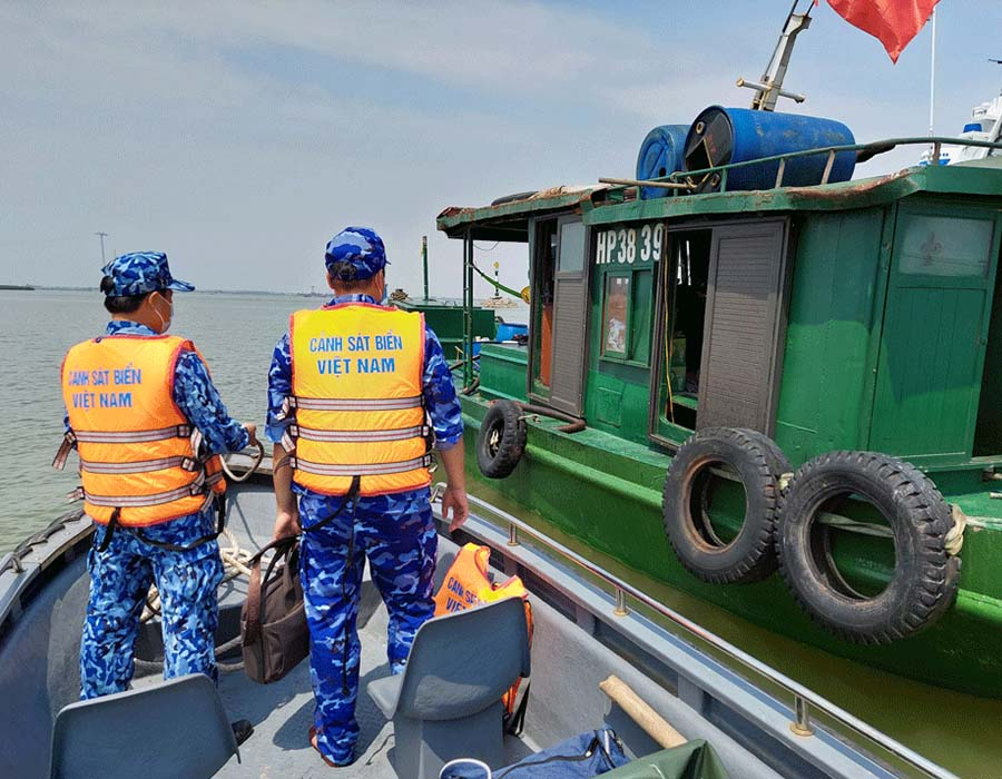 Vietnam: Coast Guard detains HP-3839 for transporting 25,000 litres of illegal diesel oil