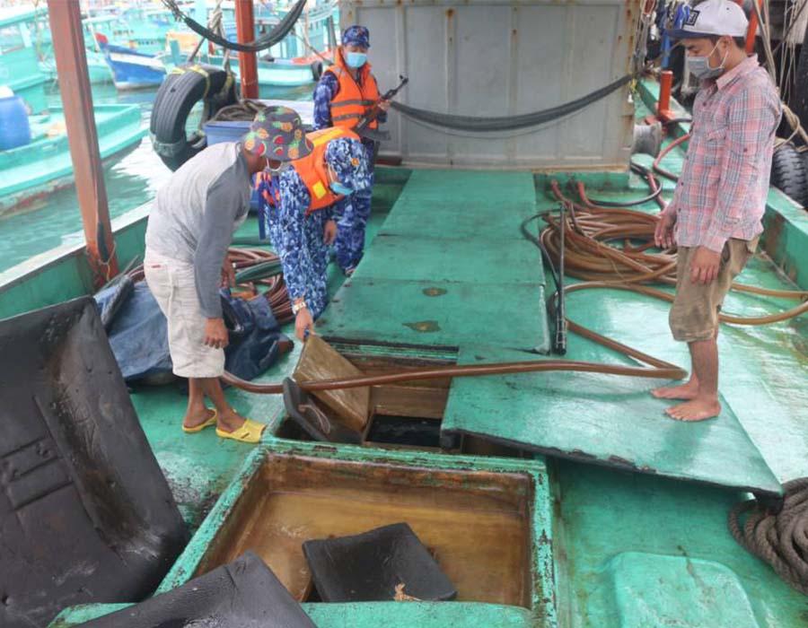 Vietnam Coast Guard detains fishing vessel over 40,000 litres of diesel