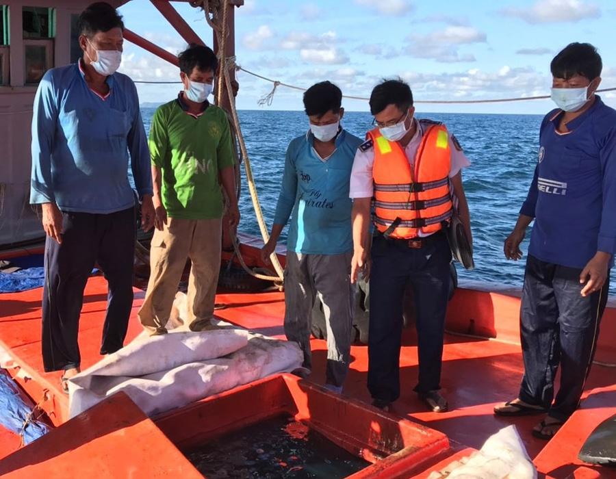 Vietnam: Coastguard arrests vessel transporting 70,000 liters of illegal diesel oil