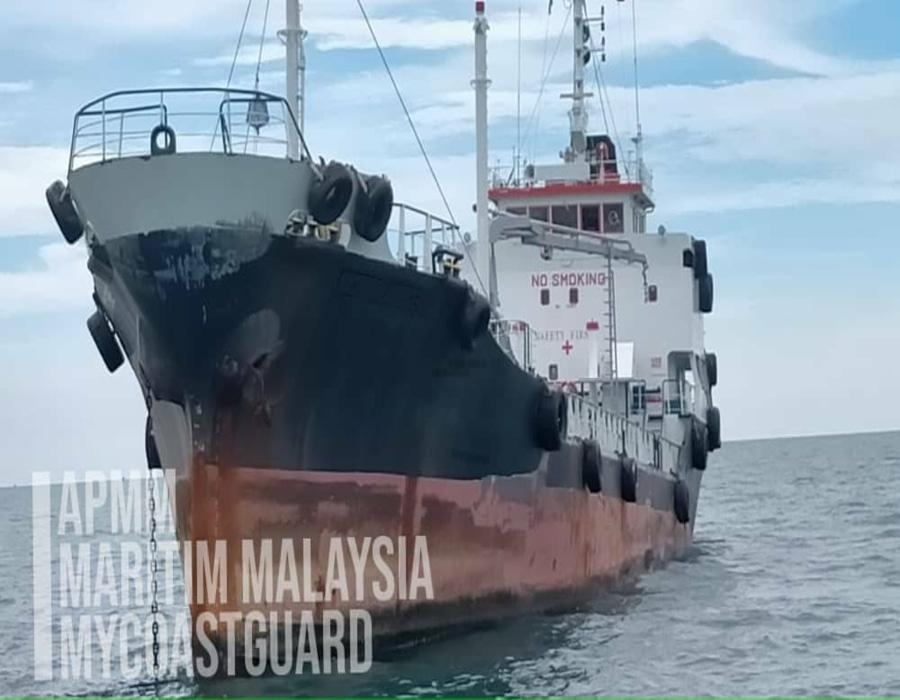 "MMEA Johor arrests ""Sierra Leone""-registered tanker and local fishing boat"